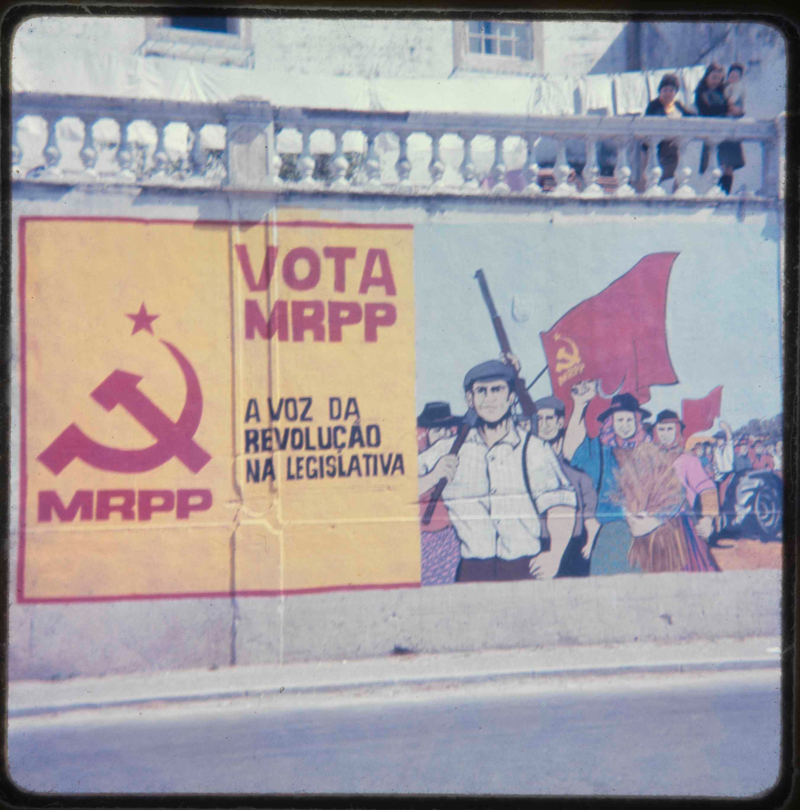 MRPP mural in Portalegre representing Alentejo agricultural workers, and calling for vote in legislative elections 1976.png